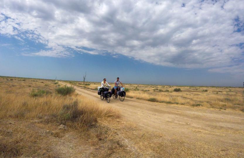 Voyage à vélo, l'Azerbaïdjan à vélo, traversée de la région du Caucase à vélo, parc national de Shirvan. Cycling travel, biketouring, cycling Caucasus, cycling Azerbaijan, Shirvan National Park.