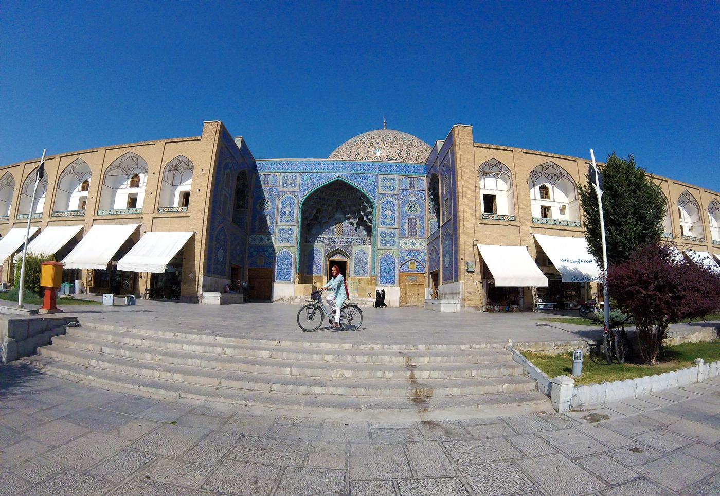 Voyage à vélo, traverser l'Iran à vélo, la mosquée du Cheikh Lotfallah sur la place Naghsh-e Jahan à Isfahan. Cycling travel, biketouring, cycling Iran, Sheikh Lotfallah Mosque in Naghsh-e Jahan Square in Isfahan.