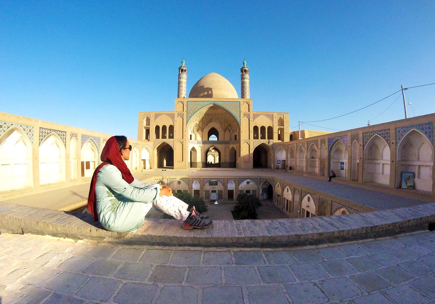 Voyage à vélo, traverser l'Iran à vélo, mosquée Agha Bozorg à Kashan. Cycling travel, biketouring, cycling Iran, Agha Bozorg mosque in Kashan.