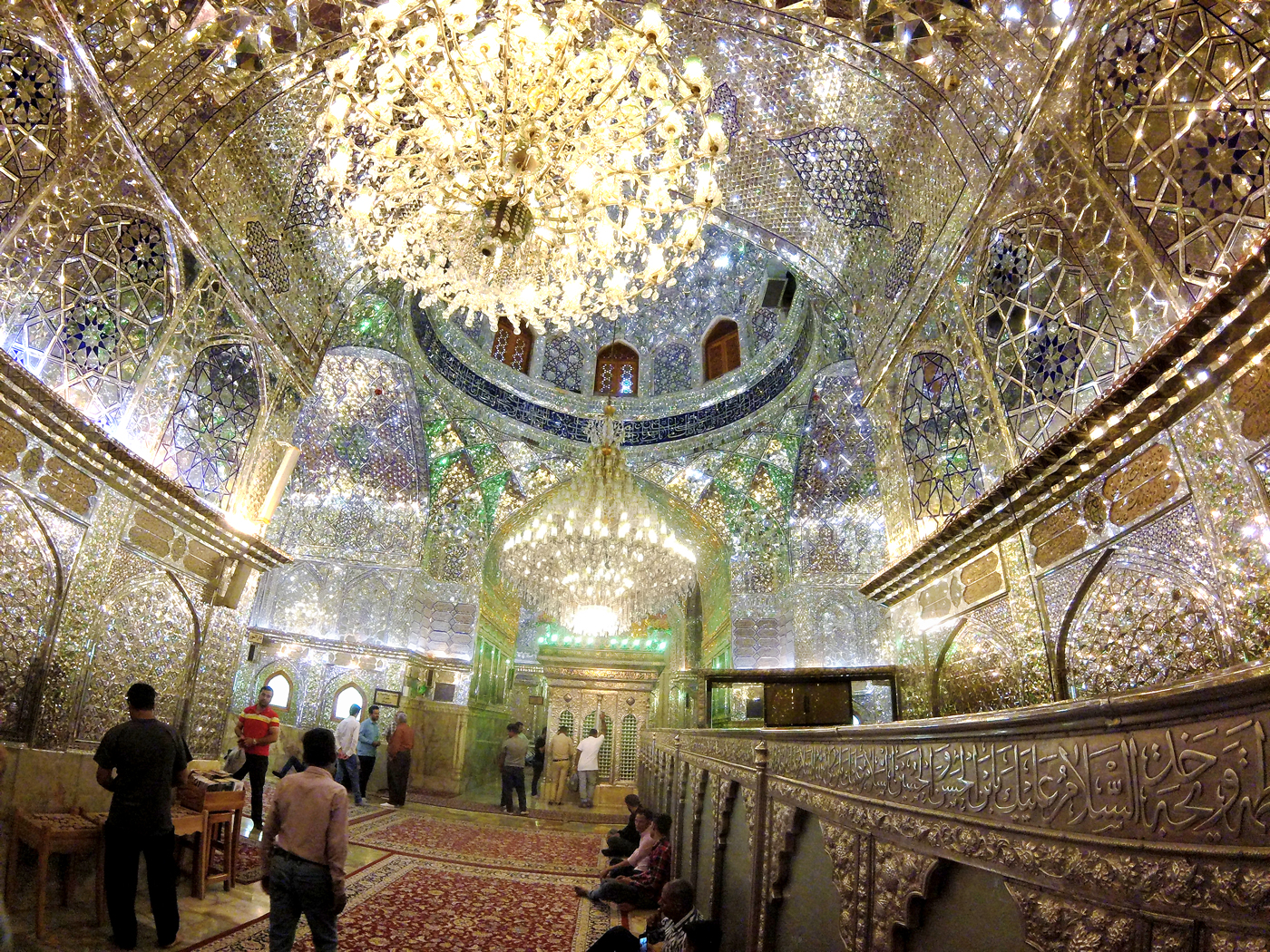 Voyage à vélo, traverser l'Iran à vélo, à la mosquée Shah Cheragh, à Shiraz, qui abritent la tombe des frères Amir Ahmad et Mir Muhammad, fils du septième imam chiite Musa al-Kazim. Cycling travel, biketouring, cycling Iran, at the Shah Cheragh Mosque in Shiraz, home to the graves of the brothers Amir Ahmad and Mir Muhammad, son of the seventh Shia Imam Musa al-Kazim.