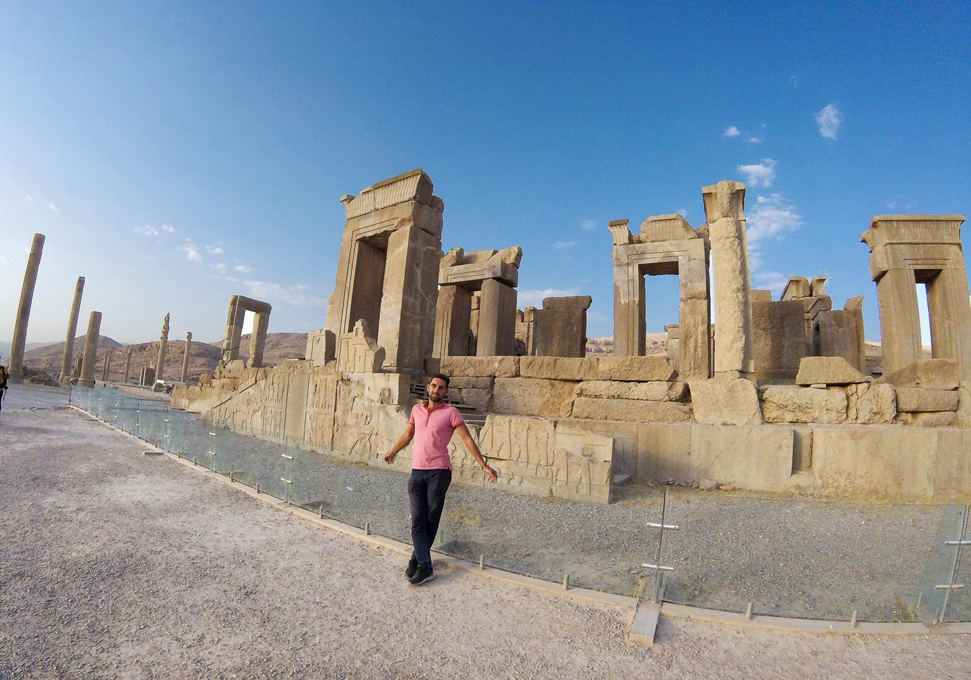 Voyage à vélo, traverser l'Iran à vélo, le Palais de Darius I, le Tachara à Persépolis. Cycling travel, biketouring, cycling Iran, Palace of Darius, Tachara Palace, in Persepolis.