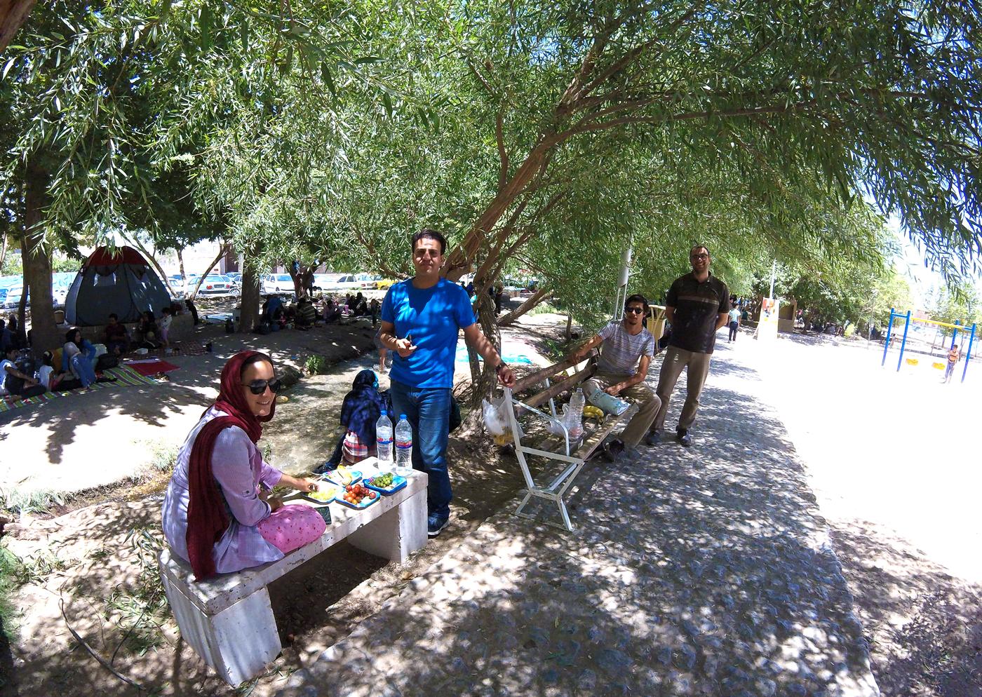Voyage à vélo, traverser l'Iran à vélo, pique-nique à Yazd. Cycling travel, biketouring, cycling Iran, picnic in Yazd.