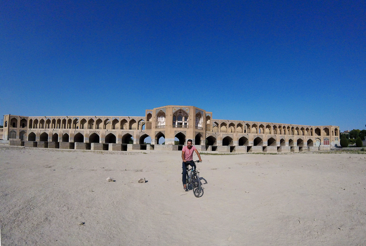 Voyage à vélo, traverser l'Iran à vélo, pont sur la rivière à Isfahan. Cycling travel, biketouring, cycling Iran, bridge over the river in Isfahan.